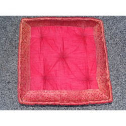 Coussin de sol bords en brocard rouge 57x57 cm